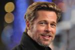 Brad Pitt veilt jas voor het goede doel