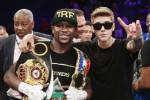 Justin Bieber vergezelt Mayweather naar boksring