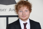 Ed Sheeran verrast zingende fan