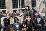 Michael Pas vergezelt Adrien 'keizer Karel' Brody op Hollywoodset in Gent