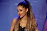 Microfoon van Ariana Grande begeeft het tijdens optreden