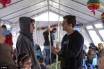 Orlando Bloom auprès de migrants à la frontière gréco-macédonienne