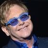 Elton John geeft optreden in Londens treinstation