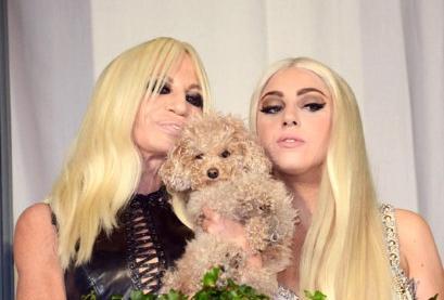 Lady Gaga gaat naturel voor Versace